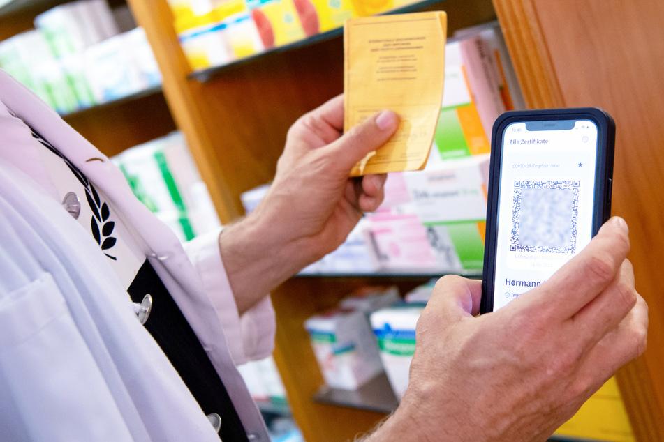 Der Start des digitalen Impfpasses ist laut des Bayerischen Apothekerverbandes ohne gravierende Hindernisse verlaufen. (Symbolbild)