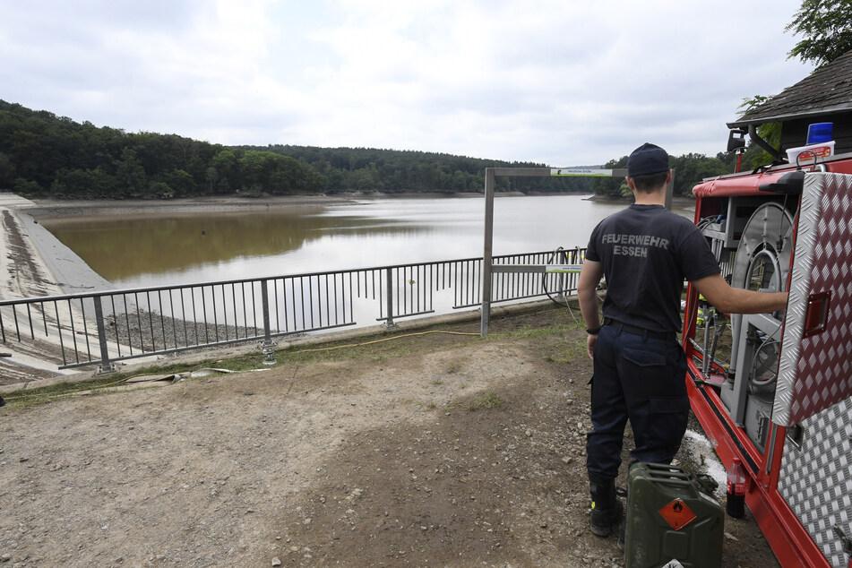 Ein Feuerwehrmann bedient eine Hochleistungspumpe, mit denen die Steinbachtalsperre soweit entleert wurde, damit keine Gefahr mehr bestand.