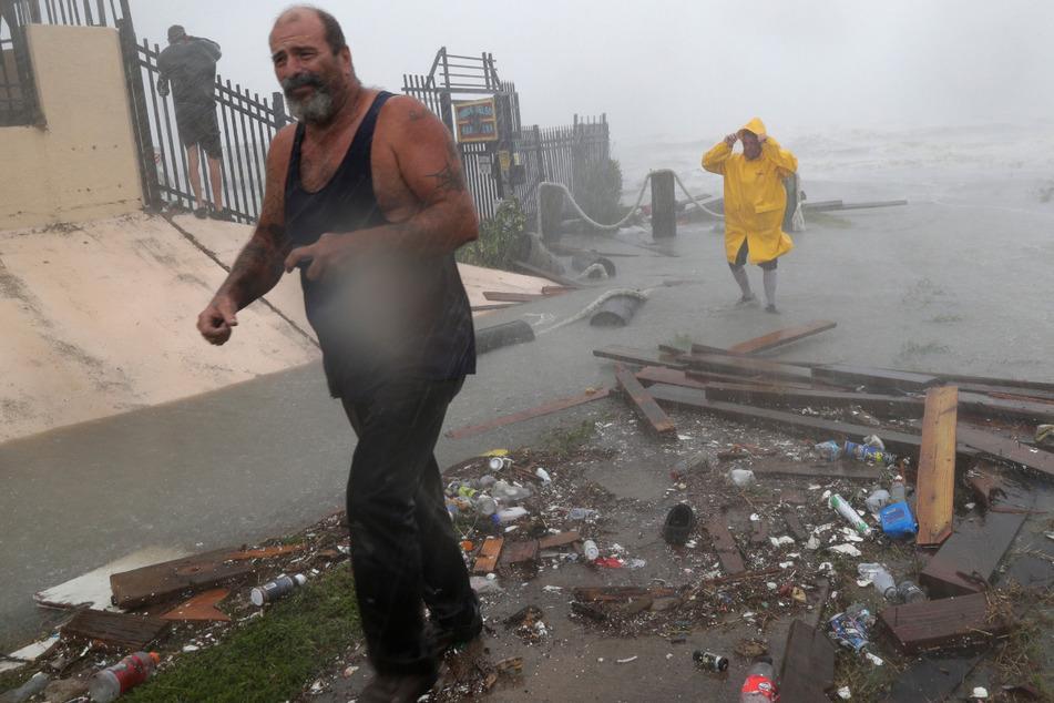 Bootsbesitzer untersuchen den Schaden, nachdem die Docks des Yachthafens der texanischen Hafenstadt Corpus Christi, zerstört wurden.