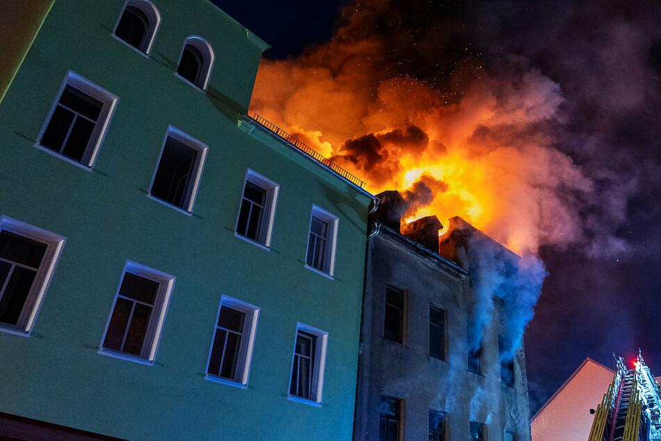 Flammen lodern aus dem Dach eines Hauses in Reichenbach: Bei dem Feuer starben zwei Menschen.
