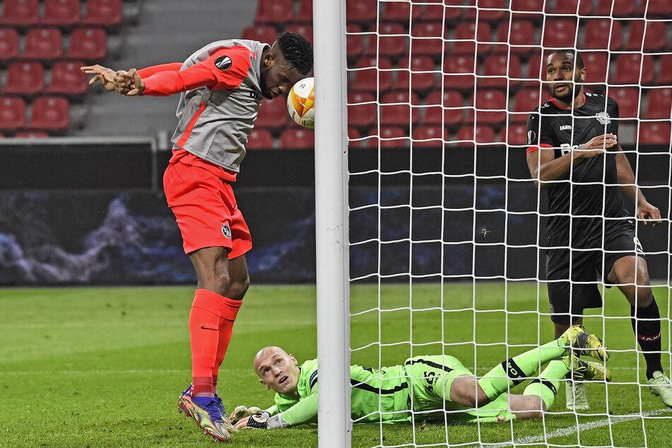 Jordan Siebatchau (24, l.) bedankte sich bei Leverkusen-Schlussmann Niklas Lomb (27, M) und markierte die Führung für die Young Boys.