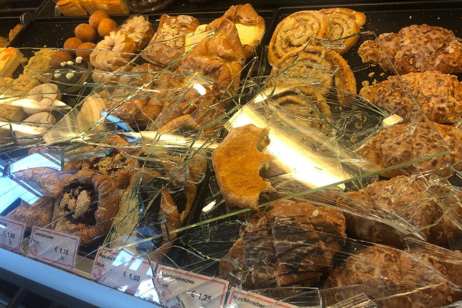 Masken-Verweigerer schlägt Bäckerei-Vitrine ein und isst Kuchen genüsslich vor Personal