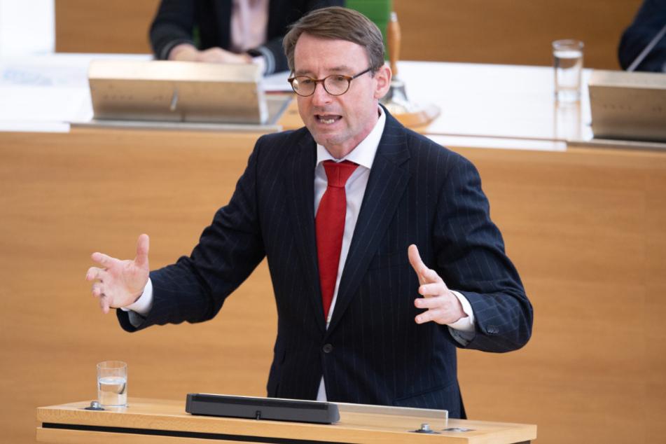 Roland Wöller (CDU), Innenminister von Sachsen, spricht im Landtag zu den Abgeordneten.