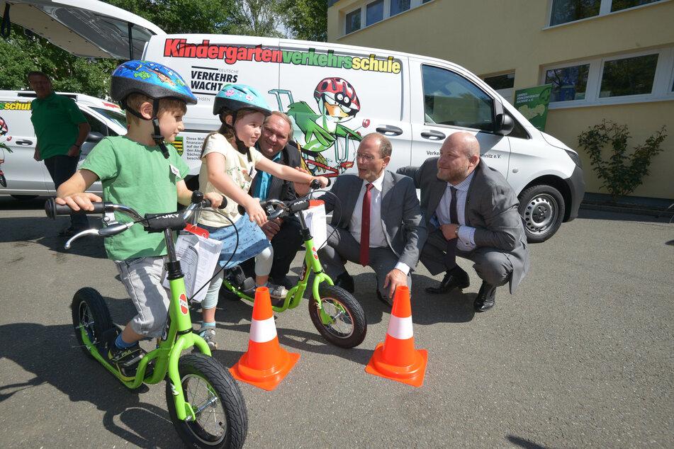 Zusammen mit der Polizei besucht die Verkehrswacht Chemnitz Schulen und bringt Kindern das Einmaleins im Straßenverkehr bei.