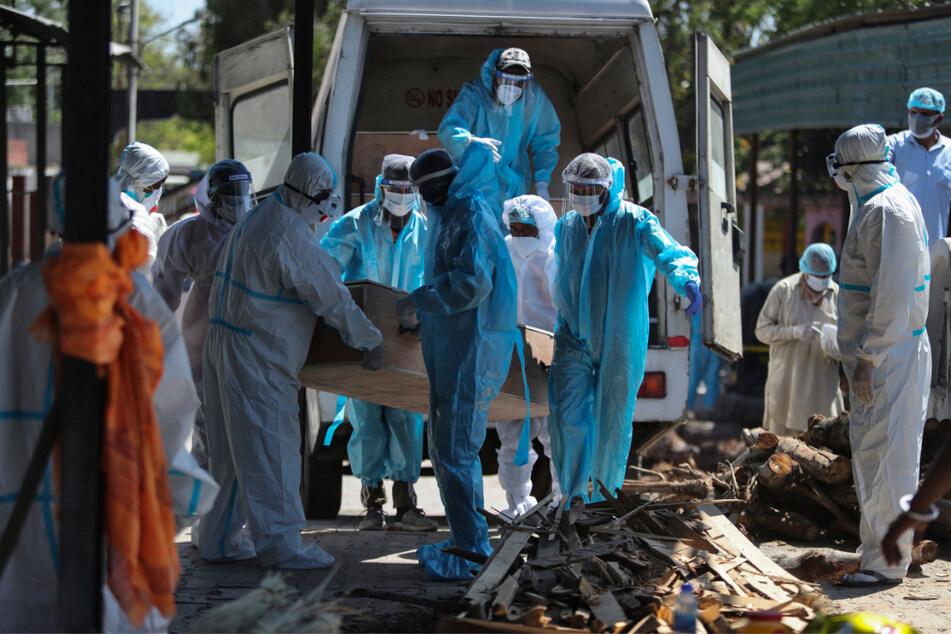 Medizinisches Personal und Angehörige tragen den Sarg eines verstorbenen Corona-Patienten. Das Gesundheitssystem des Schwellenlandes ist völlig überlastet.