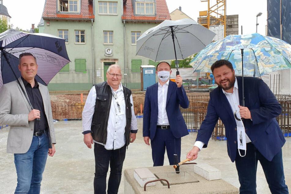 Grundsteinlegung mit Lars Kluge (r.) - dreizehn Mal lächelt der Bürgermeister aus einem einzigen Amtsblatt.