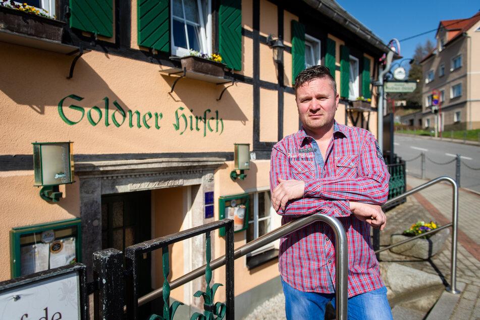 """Wirt Ronny Mueller (42) schloss die Gaststätte """"Goldner Hirsch"""", weil viele Tischbestellungen storniert wurden. Jetzt liefert er das Essen."""