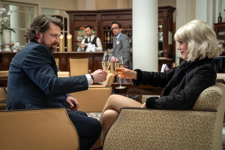 Sven Lobinger, Mitarbeiter einer Immobilienfirma, trifft in einem Leipziger Luxushotel auf die schöne Larissa.