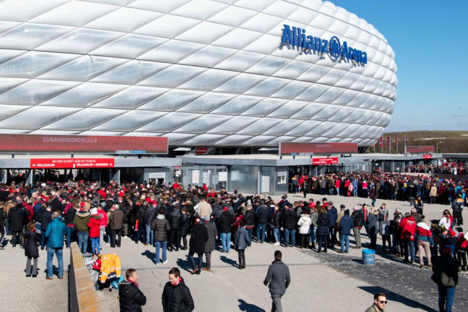 Sind beim Bundesliga-Eröffnungsspiel des FC Bayern München gegen den FC Schalke 04 bereits wieder zahlreiche Fans im Stadion? (Archivbild)