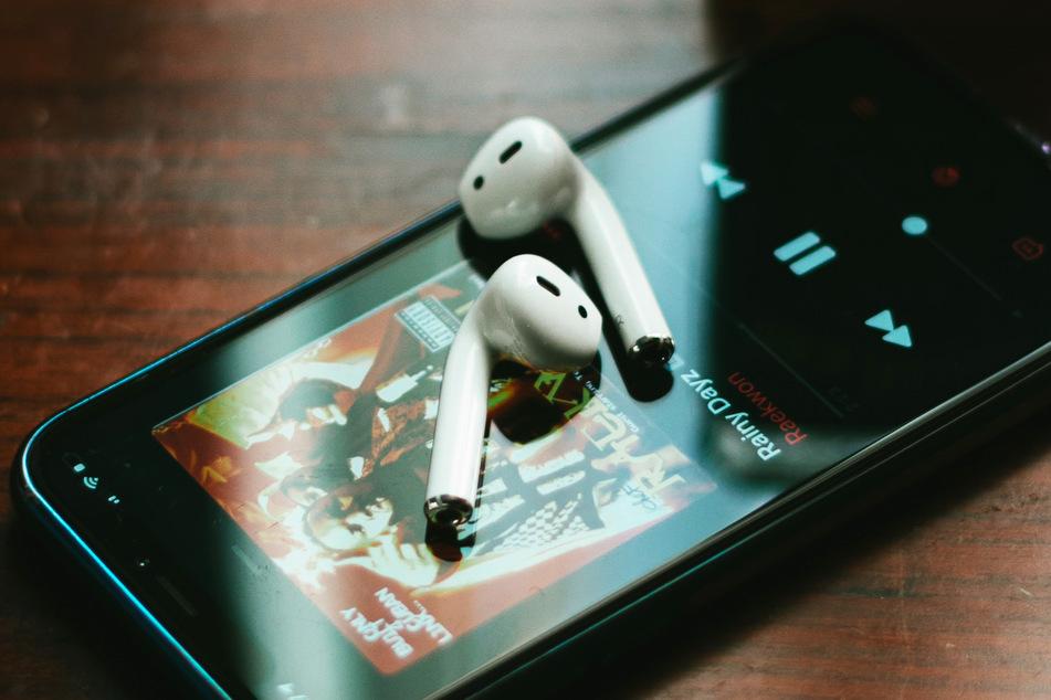 Kopfhörer wie beispielsweise diese Apple AirPods fallen reihenweise auf U-Bahn-Gleise in Tokio. (Symbolbild)