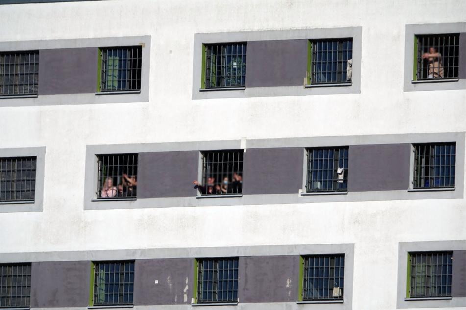 Die Inhaftierten der JVA versammelten sich hinter den Fenstern und jubelten der Versammlung zu.