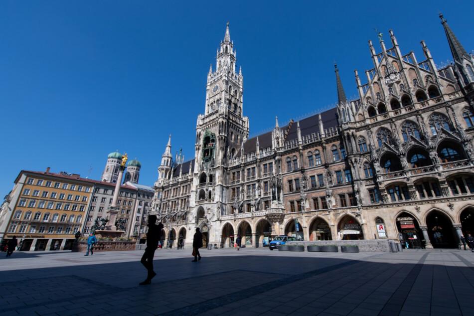 Der Marienplatz mit dem Rathaus in der Münchner Innenstadt: Wo sonst Menschenmassen wuseln, sind derzeit nur vereinzelt Passanten zu sehen.