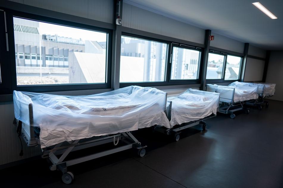Krankenhausbetten stehen vor einer Intensivstation bereit.