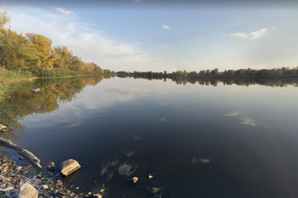 Zeugin findet Fahrrad und Kleidung am Ufer: Polizei zieht Leiche aus See bei Magdeburg