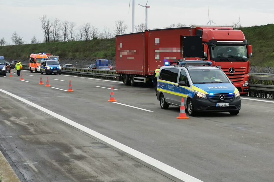 Auf der A14 bei Leipzig ist am Donnerstagmorgen ein Lkw in die Mitteilleitplanke geraten.