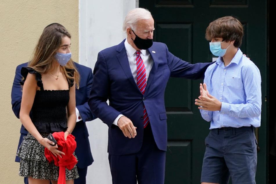 Joe Biden verlässt 2020 mit seinen Enkelkindern Natalie Biden und Hunter Biden die St Joseph's on the Brandywine Kirche nach der Konfirmationsmesse für seine Enkelin Natalie.