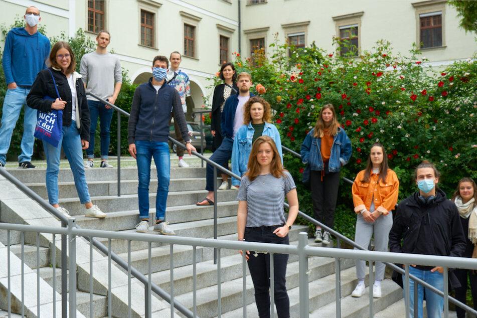 Die Initiatoren einer Petition gegen das Donaulied stehen auf einer Treppe. Sie wollen eine Bürgerinitiative gründen.