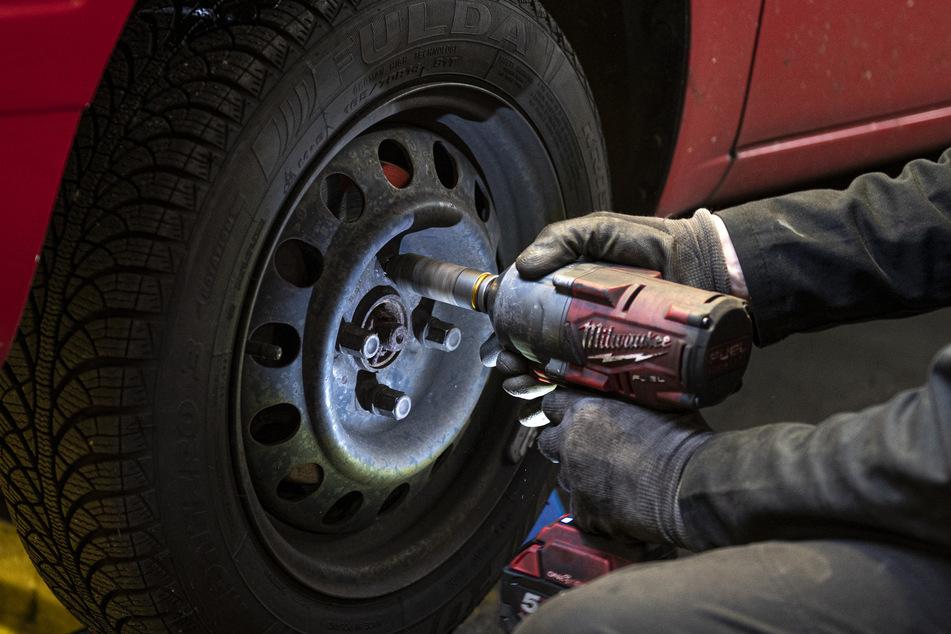 Reifenwechseln kann jetzt in der Corona-Krise gegebenenfalls warten.