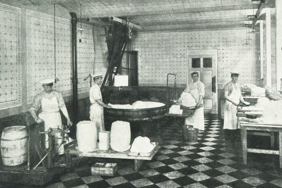 Blick in den Butterschlagraum mit Kneter und Verpackung (um 1900).