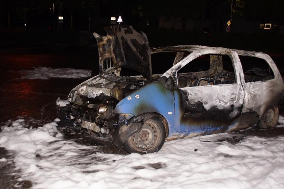 Auto fackelt komplett ab, Polizei schießt Brandstiftung nicht aus