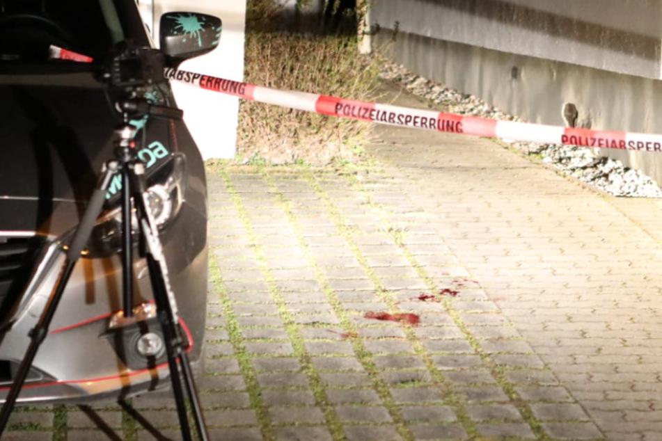 Der Tatort in der Sybelstraße ist abgesperrt, Blut haftet auf dem Kopfsteinpflaster.