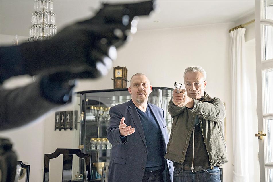 Mit gezogener Waffe: Ballauf (Klaus J. Behrendt, 60, r.) und Schenk (Dietmar Bär, 59) versuchen, einen Mord zu verhindern.