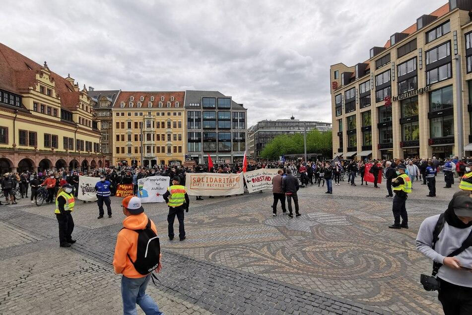 """Am Samstagnachmittag gab es eine Kundgebung auf dem Leipziger Marktplatz zum Thema """"Kein Platz für Verschwörungstheorien und Nazis""""."""