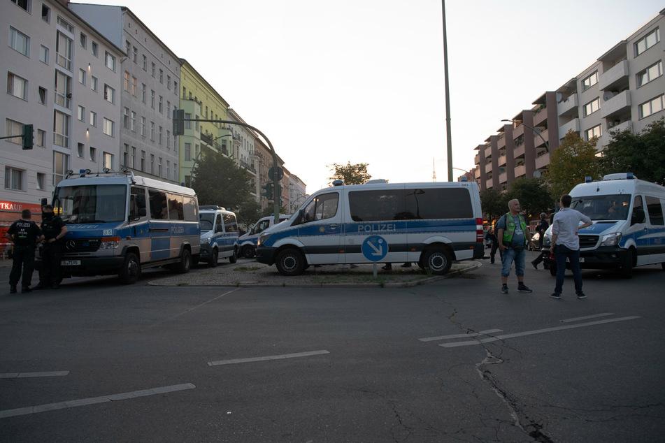Einsatzfahrzeuge der Polizei stehen am 14.9.2020 auf der Goebenstraße, wo die Beamten einen schwer verletzten 24-Jährigen auf einem Gehweg gefunden haben.