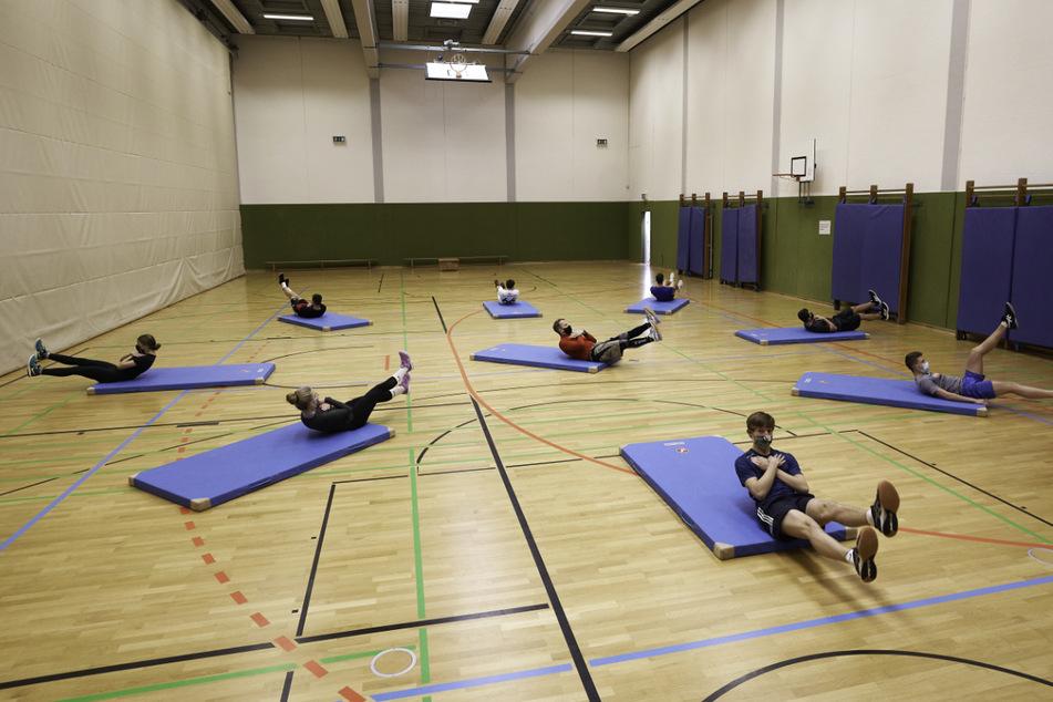 Schüler eines Gymnasiums beim Sportunterricht. (Symbolbild)