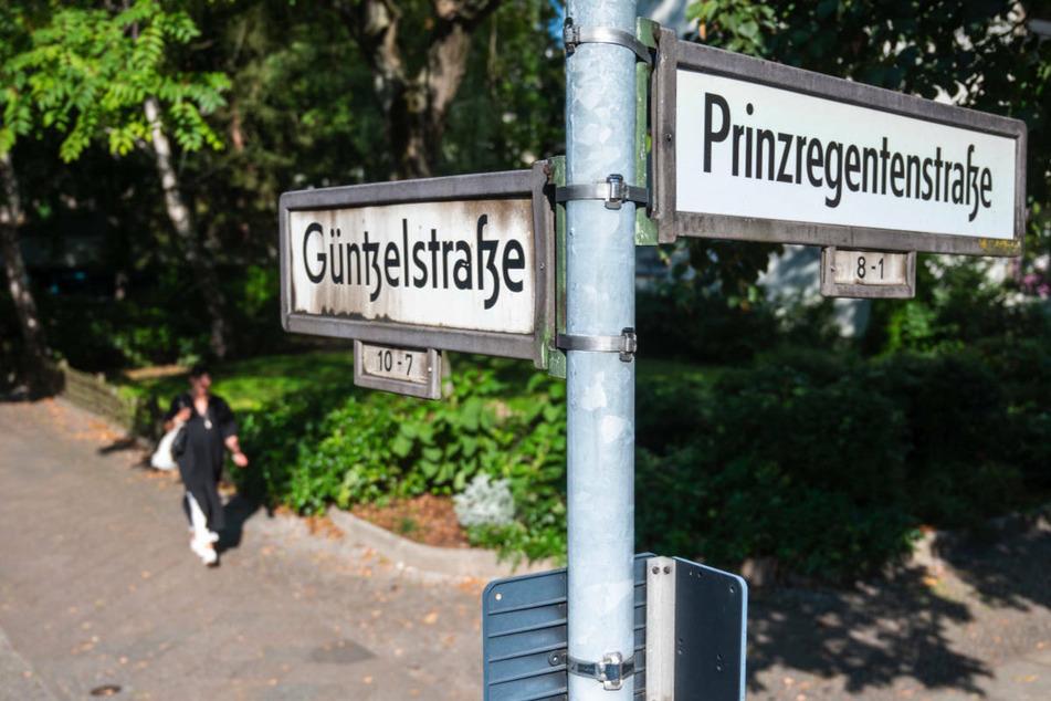 In dieser kleinen Grünanlage in Berlin-Wilmersdorf sind am Samstagmittag zwei Menschen mit Messerstichen schwer verletzt worden.