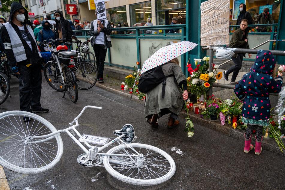 Bei einer Mahnwache nach einem tödlichen Unfall wurden Blumen und ein Geisterrad an die Unfallstelle auf der Frankfurter Allee gelegt.