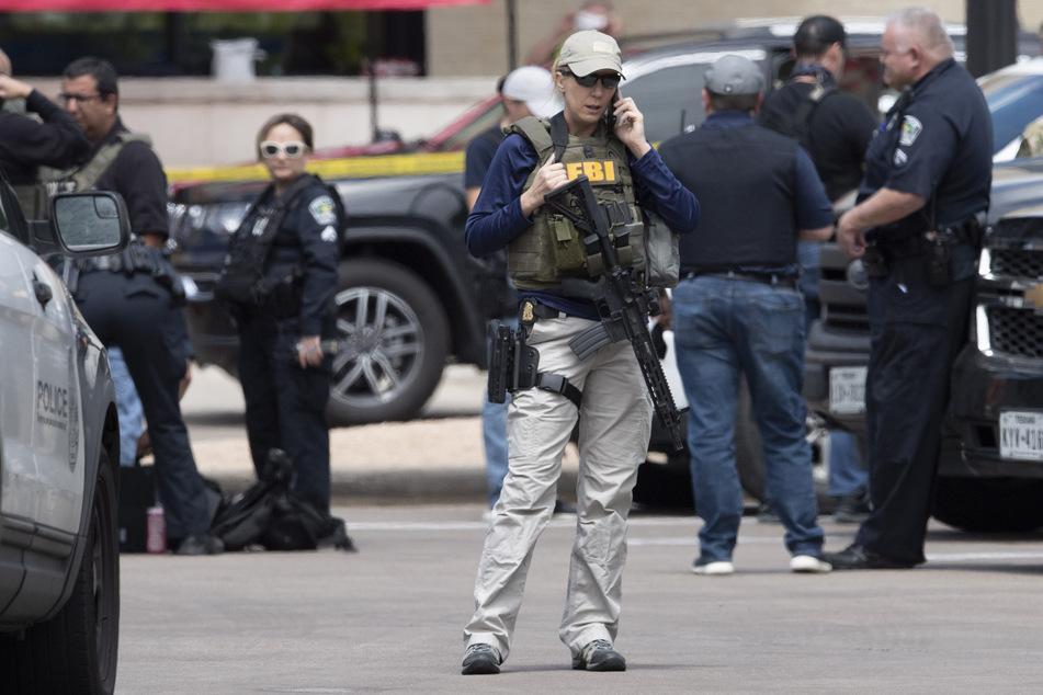 Ein Team der Polizei untersucht mit dem FBI den Tatort eines Dreifachmordes. Der Verdächtige ist immer noch auf freiem Fuß.