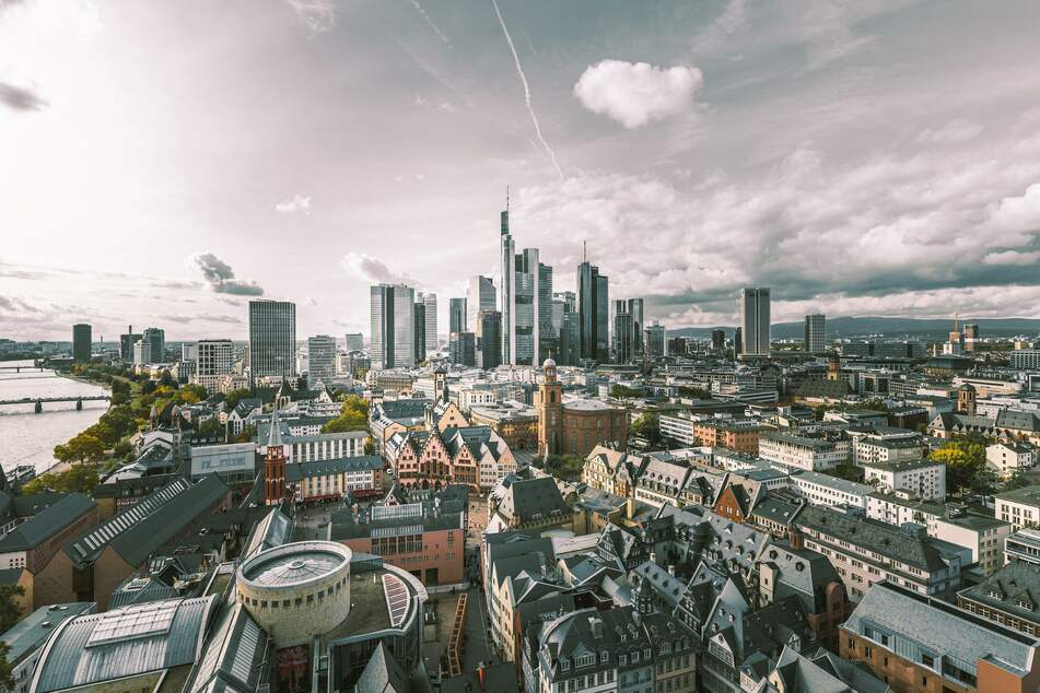 Frankfurter Skyline bei Sonnenschein. (Foto: Igor Fleck, Unsplash)