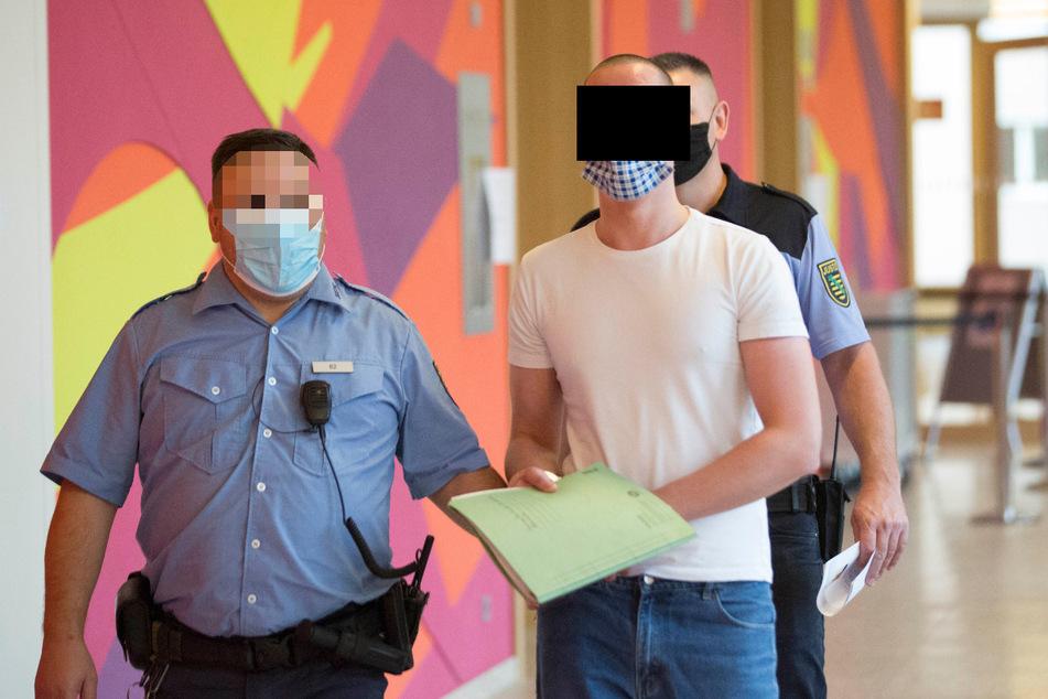 Tommy R. (19, r.) steht wegen Dutzender Diebstähle vor dem Dresdner Landgericht.