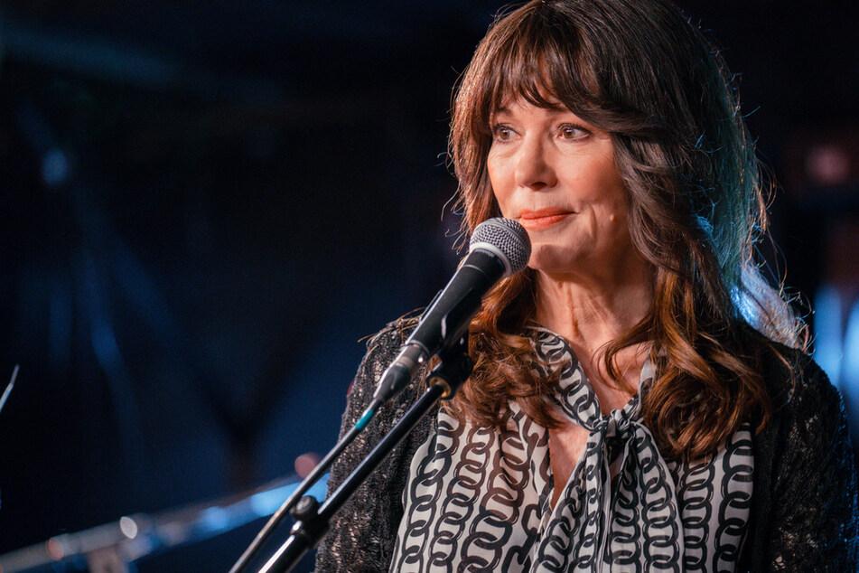 Sie singt auch! Die Proben für das große Comeback von Simone Mankus (Iris Berben, 69) werden von der Angst vor einem unbekannten Stalker überschattet.
