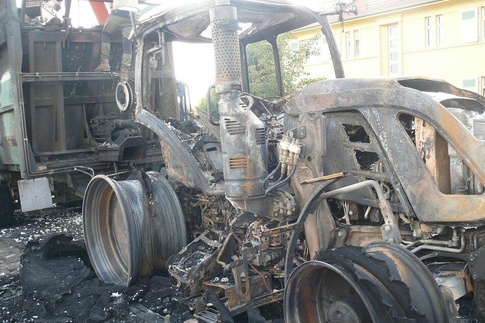 Der Traktor brannte trotz herbeigerufener Feuerwehr komplett aus.