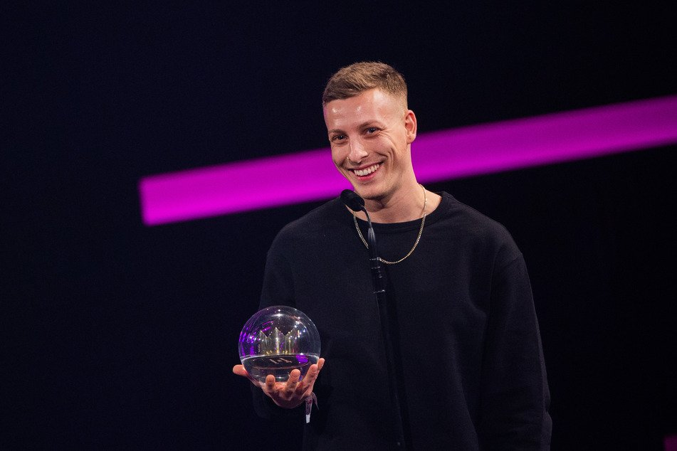 Felix Lobrecht nimmt freudestrahlend den Preis der 1Live-Krone entgegen