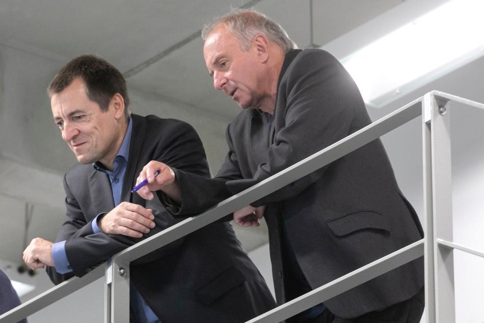 Professor Matthias Klingner (66, re.) zeigt dem Dresdner FDP-Bundestagsabgeordneten Torsten Herbst (46) das Institut.