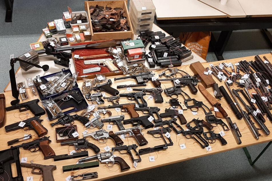 Weil er die Tür nicht öffnet: Krasser Waffenfund in Rentner-Wohnung