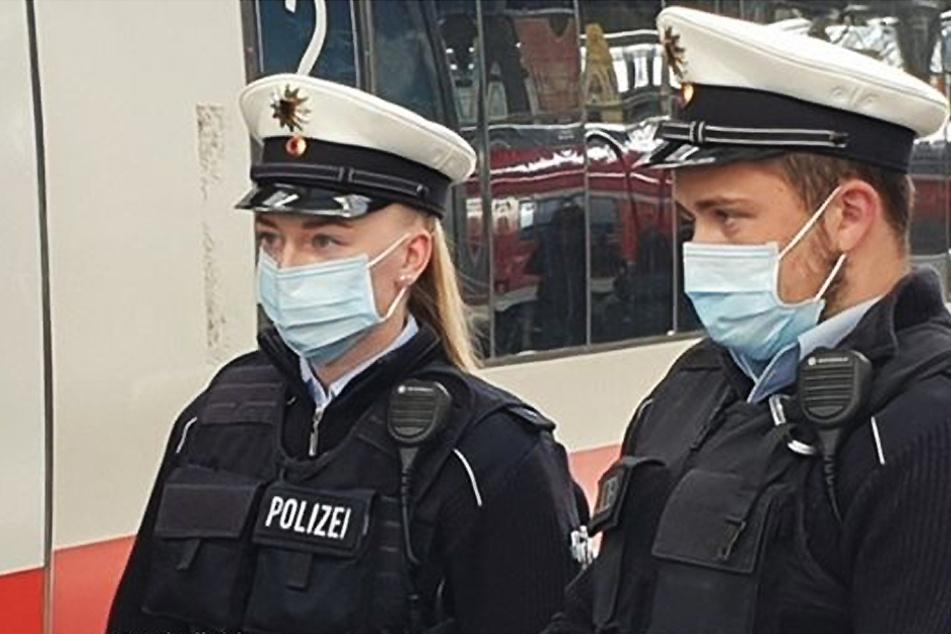 Keine Maske, kein Benehmen: Promille-Gast rastet im Zug aus, dann packen Mitreisende zu