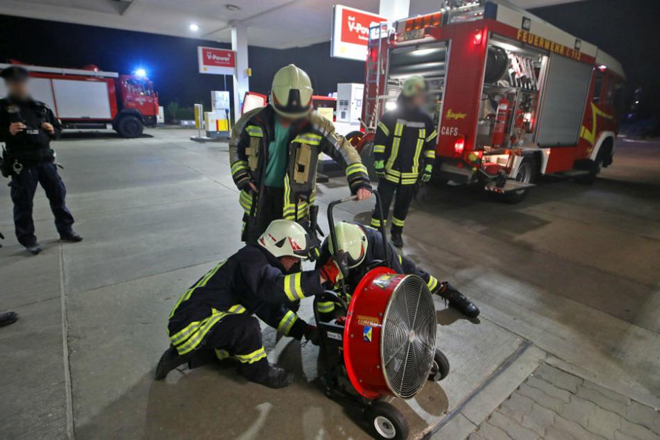 Kurz vor Mitternacht musste die Feuerwehr am Sonntag zu einer Tankstelle in Hohenstein-Ernstthal ausrücken.