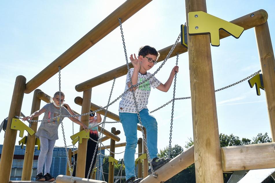 Ohne langes Zögern wird der neue Kletter-Spielplatz von den Schülern sofort ausprobiert.