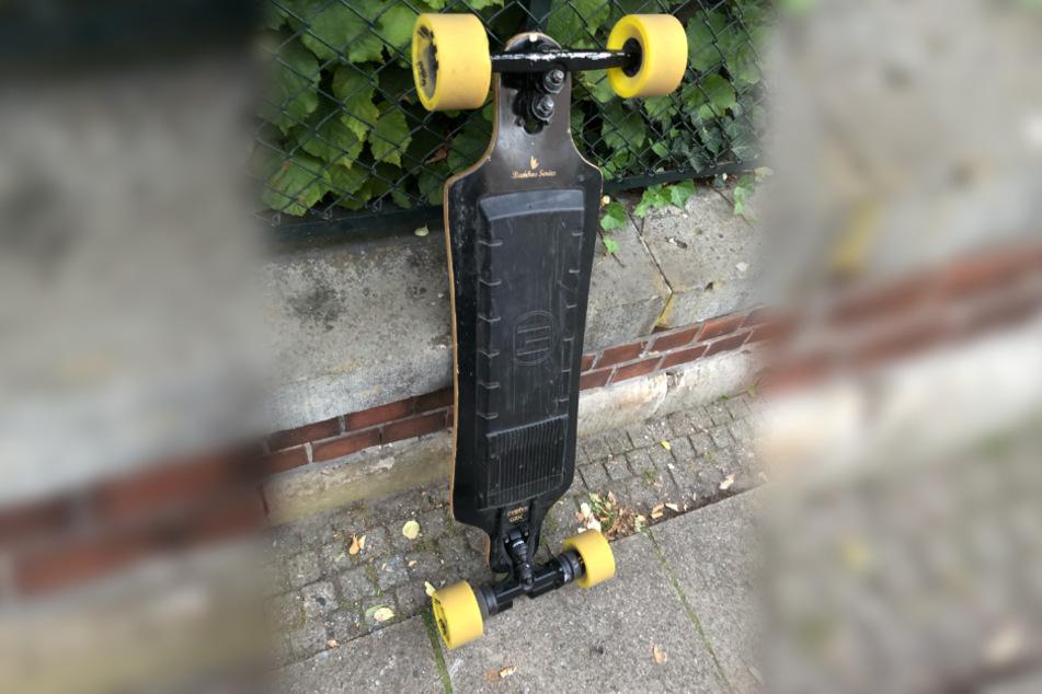 Polizisten verwundert, wieso Skateboard-Fahrer mit dem Tempo von Autos mithalten kann