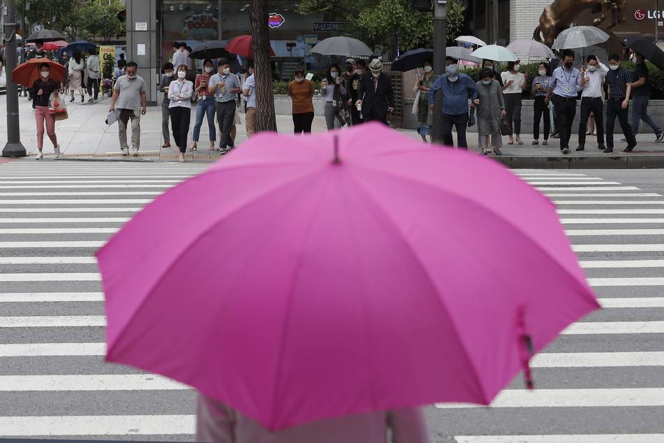 Ein Zebrastreifen in der südkoreanischen Hauptstadt Seoul. Zum ersten Mal seit vier Monaten wurden in dem Land wieder mehr als 100 Corona-Neuinfektionen an einem Tag festgestellt.