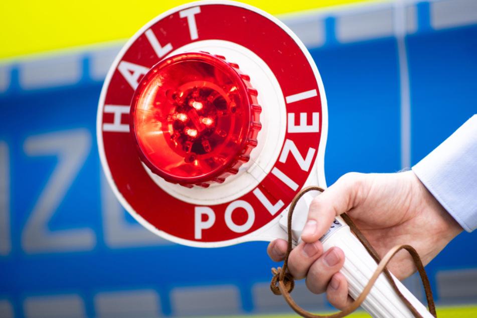 19-Jähriger ignoriert Polizeikontrolle und schiebt Beamten mehrere Meter vor sich her
