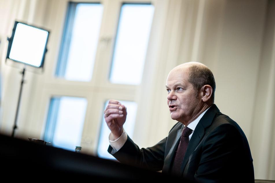Olaf Scholz (62, SPD), Bundesminister der Finanzen und SPD-Kanzlerkandidat, gestikuliert in einem Interview mit Journalisten der Deutschen Presse-Agentur.