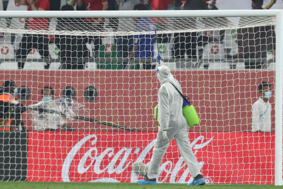 Ein Stadionmitarbeiter desinfiziert das Tor vor Beginn der Partie.