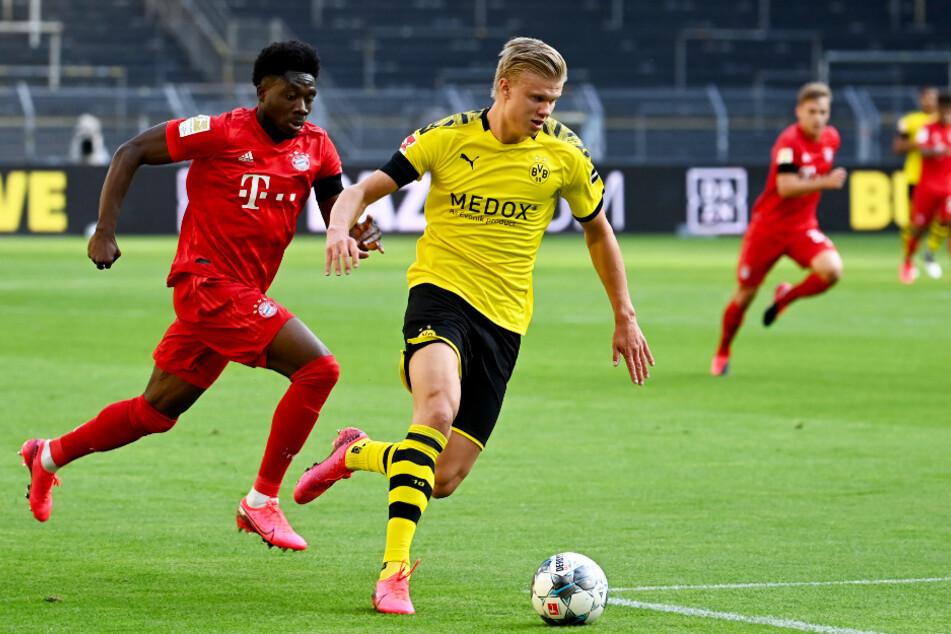 Erling Haaland (r.) beschäftigt die Bayern-Defensive immer wieder stark. Hier muss ihm Alphonso Davies hinterherlaufen.