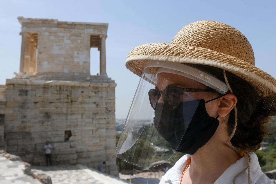 Eine Mitarbeiterin der Athener Akropolis trägt einen Mund- und Gesichtsschutz. (Archivbild)
