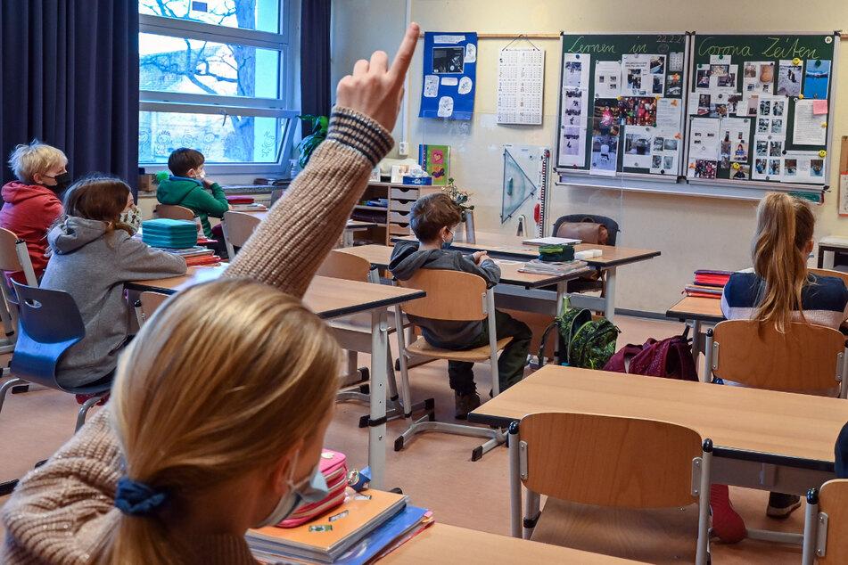 Das Thüringer Bildungsministerium will sich gegen ein Urteil des Amtsgerichts Weimar wehren. Das Gericht hatte beschlossen, dass an zwei Thüringer Schulen den Kinder und Jugendlichen das Tragen von Masken nicht angeordnet werden darf. (Archivbild)